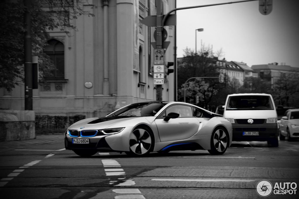 Silver Bmw I8 Showing Turn Signal In Action