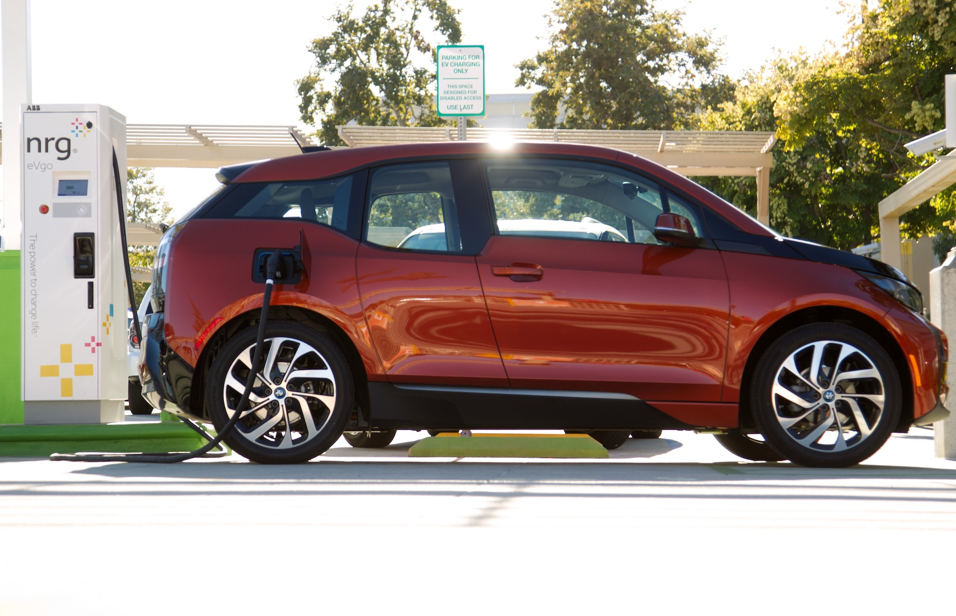Bmw I3 Charges At First Ever Charging Station With Combo Charging Dc Fast Charging